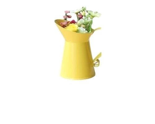 un Petit Vase Jaune en Métal by Pines and Pears